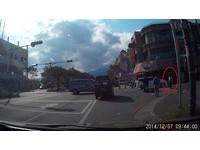 車禍發生「警6秒火速趕到場」 目擊者:警察出來了!