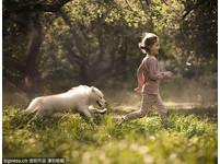 小孩與毛小孩的溫柔時光。(圖/Mercury Press/東方IC)