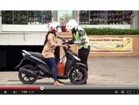 老婆違規照開單! 印尼警察拿花和感人紙條回家賠罪