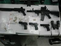 警摩鐵抓槍毒雙方駁火 防彈盾牌遭子彈貫入逮6人