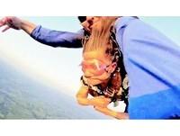 「年輕人敢我也敢」82歲奶奶挑戰3千米跳傘 有夠鎮定