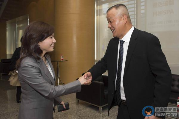 与平安集团董事长马明哲(右)会晤.(图/银行公会提供)-力促电