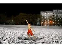幫心儀「女神」慶生! 男在零下26度雪地裸身熱舞