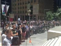雪梨人質事件 上百民眾自拍湊熱鬧