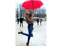 下雨天也能時尚出門 歐美女星10套雨天美麗穿搭