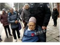 重慶阿嬤迷路「坐板凳睡著」 好心警當人肉靠背1小時