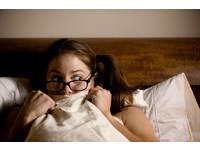 少女看完鬼片不敢睡 鑽爸爸被窩反遭性侵
