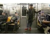 紐約搭車擬禁「兩腿開開」 網罵:女人大包小包不管?