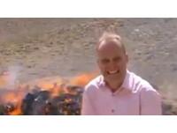 報導燒燬毒品 BBC記者莫名high了:嘻嘻嘻嘻嘻…
