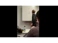 屁孩白板上畫小動物 老師板擦擦完發現是「巨根」