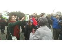 快訊/「讓阿扁回家」 府前升旗典禮民眾爆推擠抗議