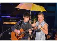 陳昇再撐黃傘 高呼:叔叔沒在怕,因為我會老死台灣!