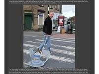 待在魚缸很無聊 英男幫金魚打造「水嬰兒車」逛大街