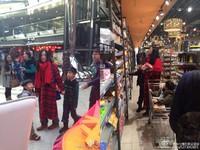 張栢芝帶2個萌兒飛北京跨年 一身紅吱吱逛賣場被捕獲