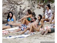 李奧納多海邊曬日光浴 被比基尼辣妹包圍超爽der