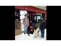 鐵板燒店為客人權益拒導盲犬 網友:牠們比屁孩好多了