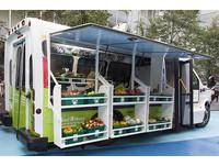 加國公車改造移動市集 協助偏遠地區購買蔬食