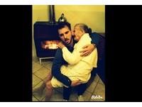 愛不該羞恥與恐懼!義大利暖男緊抱失智祖母