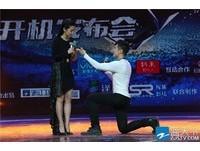 酷似「王力宏」男記者下跪上演求婚戲 李冰冰興奮尖叫