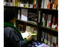 花媽逛「三餘書店」買書PO「文藝照」 網友讚好氣質!