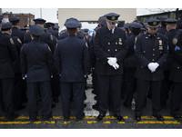 遇害華裔警員劉文健出殯 數百警背對紐約市長表達抗議