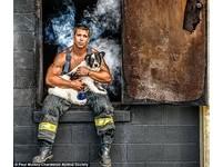 超犯規月曆!猛男消防員救小動物 濃煙擋不住肌肉線條