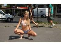 英國正妹挑戰全裸上街 彩繪「雙腿大開」全被看光
