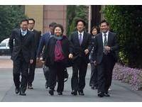 復仇者聯盟?網友讚陳菊好萌:像大姐頭帶一群小弟談判