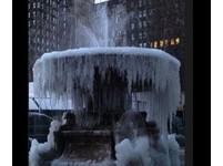 零下15度! 紐約布萊恩特公園凍出「冰柱噴泉」