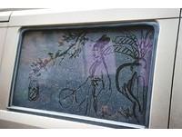 車窗當畫布 成都退休師畫出宮廷美女「灰塵畫」