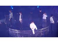 「哥,別爬了…」SJ唱得好深情 一回神又忘記升空了
