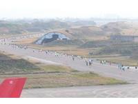 路跑/桃園航空城馬拉松 跑者馳騁「黑貓中隊」賽道