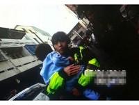 2歲男童迷路哭不停 對正妹警察「討抱抱」就不哭了