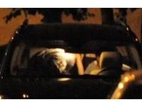 美國豪放夫妻「沒有極限」 公然在別人車頂大搞車震