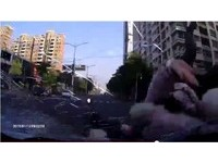 超扯駕駛1分鐘連撞4次還肇事逃逸 網友罵翻:根本殺人