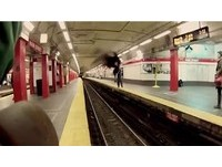 驚險瞬間!列車進站前 酷跑男「側空翻」飛越地鐵月台