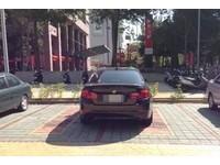 「別摸我」有錢人停車不一樣! BMW遭貨車霸氣反制