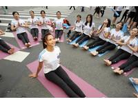 婀娜女模做瑜珈 近萬民眾響應