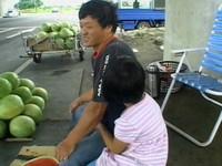舌癌父擺攤賣西瓜 8歲孝順女充當小幫手