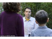 囧!臉盲症畫家不認識老婆小孩 靠聽音辨人