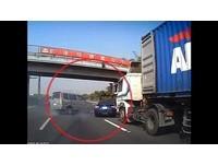 國道版「玩命關頭」? 藍色轎車甩尾連閃險成夾心