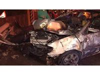 疑車速過快自撞電線桿起火 台中4好友出遊釀2死2傷