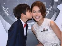 小男童獻吻 新婚人妻昆凌笑開懷