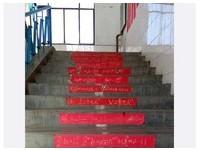 河南學生自製鮮紅「公式符」貼滿校園 網:太魔性