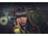 軍裝妹搭配犀利步槍 俄羅斯「廢墟cosplay」萌殺網友