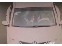 路過高速公路監視器比「YA」 汽車駕駛被開1千元罰單