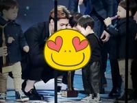 怕小男孩拿玫瑰花受傷! EXO世勳一個貼心舉動暖爆惹