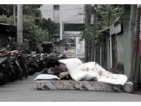 桃園馬路旁蓋棉被「男上女下」嘿咻 猛男:藝術的表現