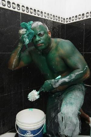 d95055 軍事級油漆塗身變「浩克」 巴西綠巨人狂洗25次變回來