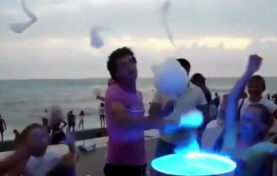 d95573 達人示範「節奏棉花糖」 狂亂舞步噴出白色糖花